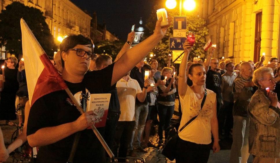 """Film do artykułu: Manifestacja """"Łańcuch Światła"""" w Radomiu. Kilkaset osób protestowało w obronie wolnych sądów"""