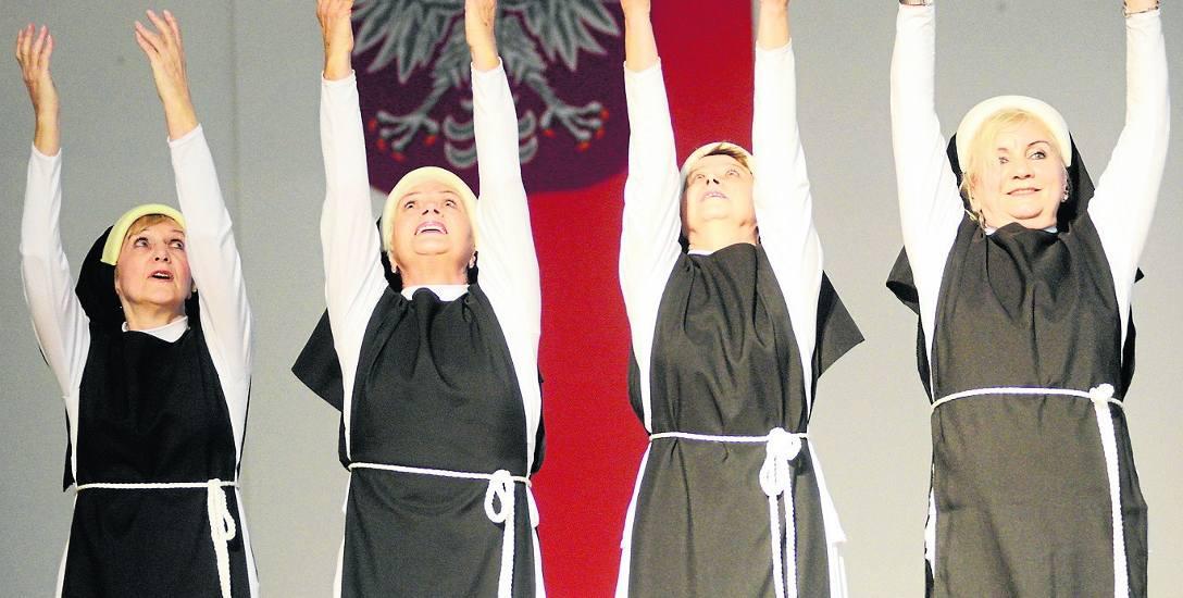 """Studentki Zielonogórskiego Uniwersytetu Trzeciego Wieku w tańcu pt. """"Siostry"""" zawsze wywołują uśmiech wśród widzów"""