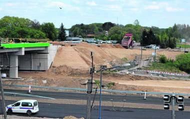 Budowa wiaduktu nad obwodnicą na Bugno, pierwotnie obiekt miał być gotowy późną jesienią 2018 roku, obecny termin to koniec czerwca, ale wydaje się to