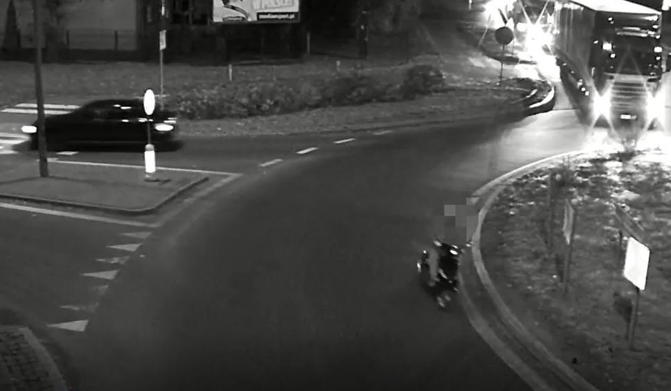 Film do artykułu: Wyszków. Jednemu kierowcy przeszkadzały pasy bezpieczeństwa, drugi... zobaczcie sami, jak pokonał rondo