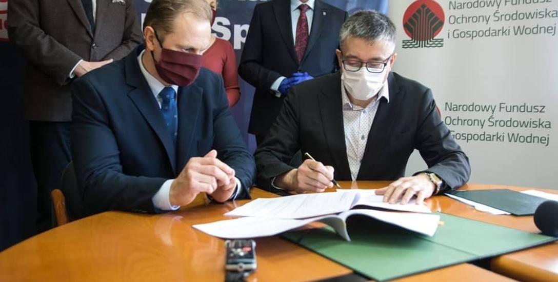 Prezes spółki Energetyka Cieplna Mateusz Jarczyński i wiceprezes Narodowego Funduszu Ochrony Środowiska i Gospodarki Wodnej Artur Michalski podpisują