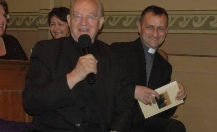 Przy mikrofonie ks. prałąt Zbigniew Donarski, były proboszcz Olesna. Obok niego nowy oleski proboszcz ks. Walter Lenart.