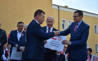 Premier Mateusz Morawiecki wręcza samorządowcom czeki w Kraśniku