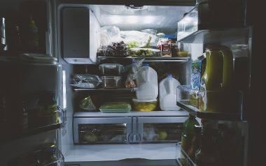 Przechowywanie żywności w lodówce. Jak bezpiecznie rozmrozić lodówkę?