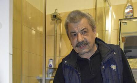 Henryk Tuchowski mieszka w bloku socjalnym przy ul. Chopina. - Nie da się znieść zapachu z niesprawnej kanalizacji - skarży się.