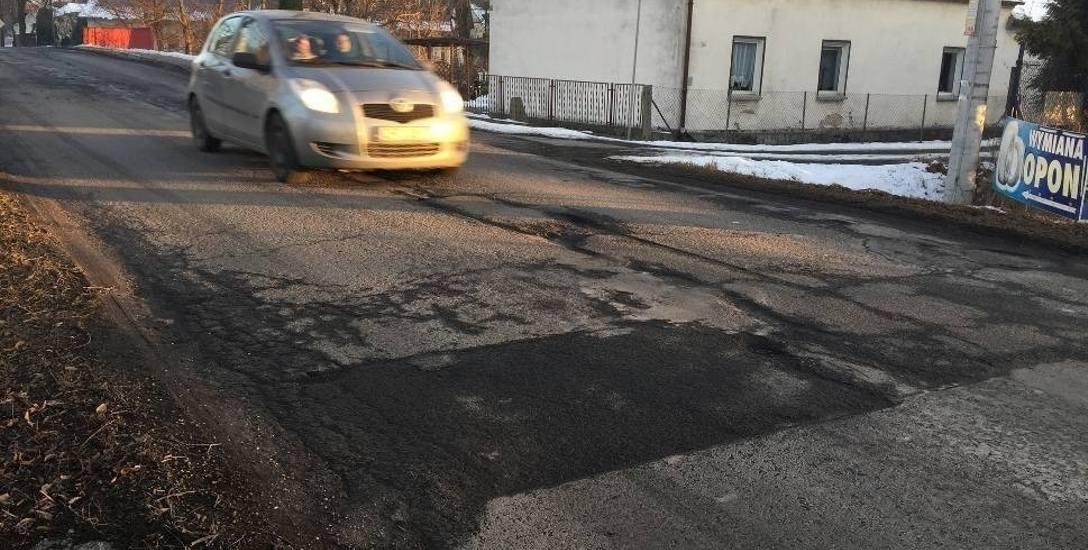 Droga w Żerkowicach jest w złym stanie, ale drogowcy nie chcą  dokładać kierowcom kolejnych utrudnień na ul. Niemodlińskiej.