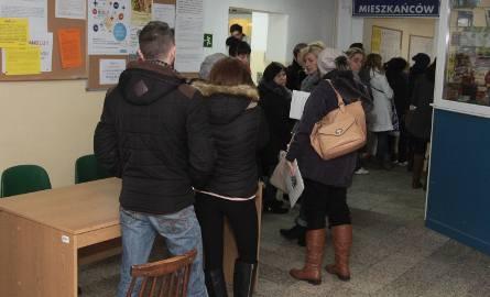 Gigantyczne kolejki po zasiłki w MOPS w Radomiu