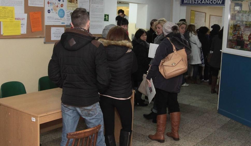 Film do artykułu: Gigantyczne kolejki w Miejskim Ośrodku Pomocy Społecznej w Radomiu
