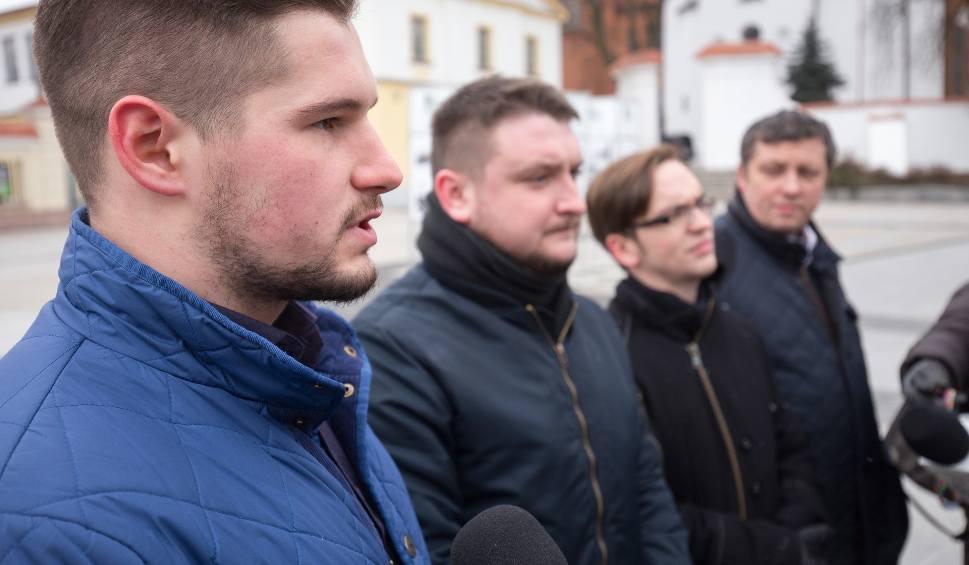 Film do artykułu: Młodzież Wszechpolska zaprasza Marsz Żołnierzy Wyklętych w Białymstoku 2018. Uczestnicy ruszą spod pomnika Józefa Piłsudskiego (wideo)