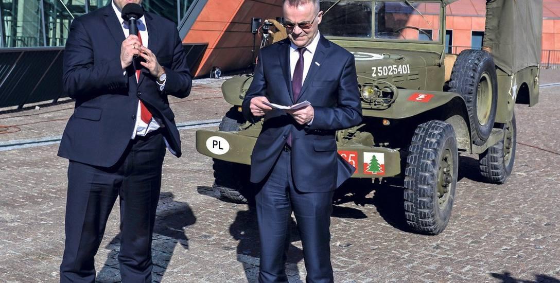 Dyrektor Karol Nawrocki (po lewej) i minister Jarosław Sellin, w tle - amerykański dodge