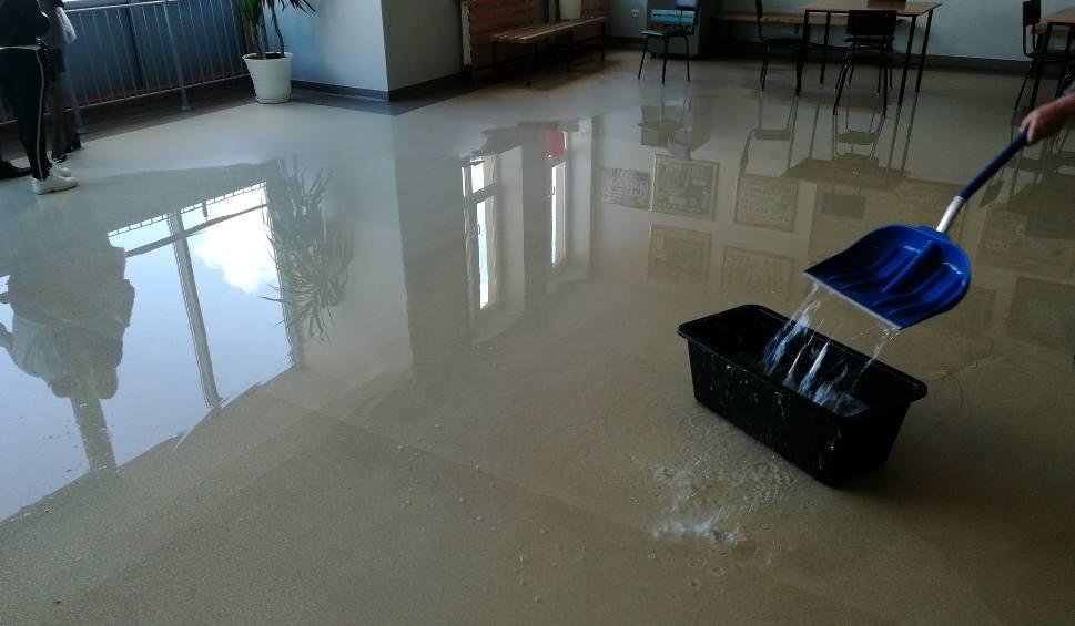 Film do artykułu: Woda zalała budynek Zespołu Szkół Rolniczo - Technicznych w Zwoleniu. Wszystko przez awarię zaworu. Zamiast lekcji uczniowie mają rekolekcje