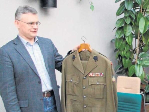 Dr Grzegorz Szopa prezentuje mundur Jana Sokołowskiego przekazany przez jego syna, Alana