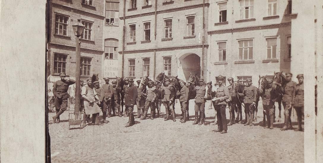 Wykonane w maju 1920 roku unikatowe zdjęcie, przedstawiające polskich żołnierzy po wkroczeniu do Kijowa