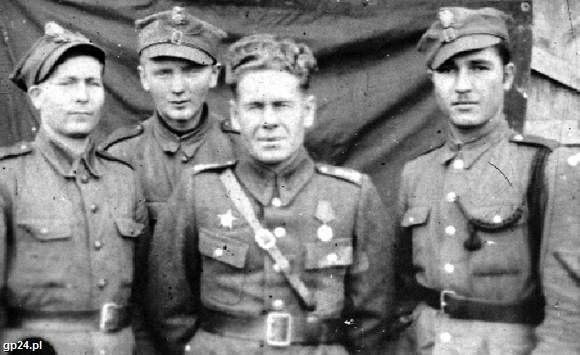 Mszczonów pod Warszawą, 9 listopada 1944 roku. Kresowiacy w armii polskiej. Od prawej: Walerian Majgier, płk Teodor Izmaiłow, Zbigniew Malewski i Stanisław