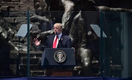 Prezydent Donald Trump odwiedził Polskę tylko raz - w lipcu 2017 roku. Na zdjęciach: prezydent Stanów Zjednoczonych na placu Krasińskich przed Pomnikiem