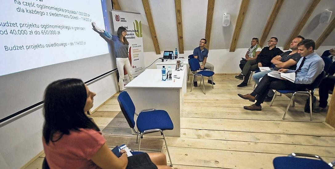 Monika Widocka z Pracowni Pozarządowej wyjaśnia mieszkańcom zasady podziału KBO i głosowania na projekty