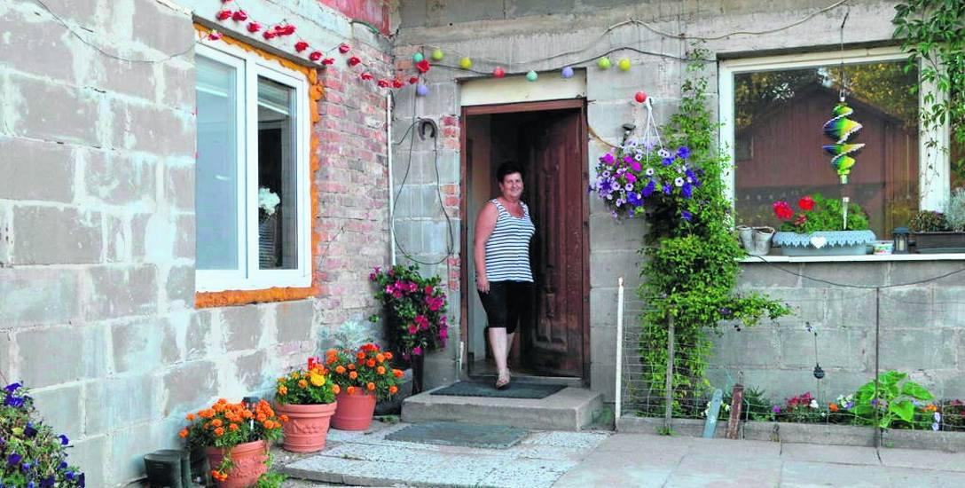 Barbara Błaszkowska z rodziną odbudowała dom. Brakuje jednak pieniędzy na blachę. Zboża zniszczyła susza...