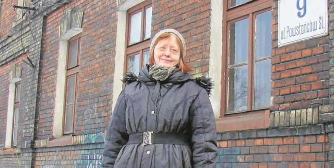 Ewa Gębołyś w kamienicy przy ulicy Powstańców Śląskich mieszka od dziecka i ma nadzieję, że obietnice PKP nie są puste