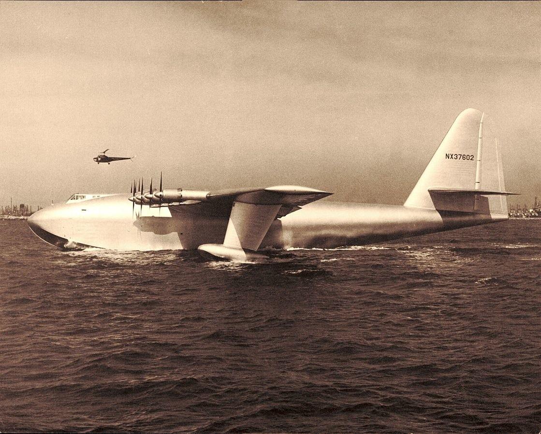 Hughes H-4 Hercules w trakcie swego dziewiczego przelotu
