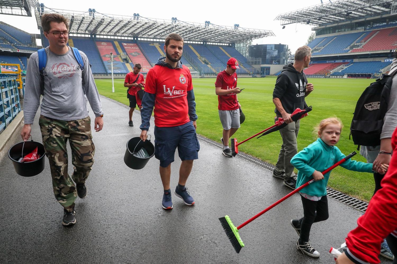 Kibice Wisły posprzątali stadion przy Reymonta [ZDJĘCIA]