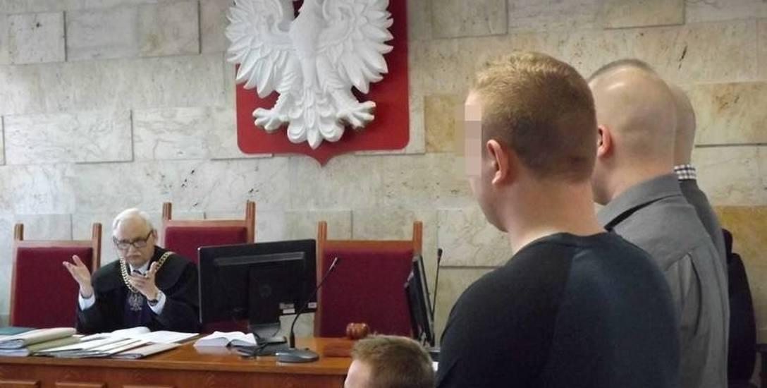 Przed kołobrzeskim sądem stanęli: Marcin W., Zbigniew W., Kamil K. i Bartosz M.  Proces prowadzi sędzia Marek Grzymkowski