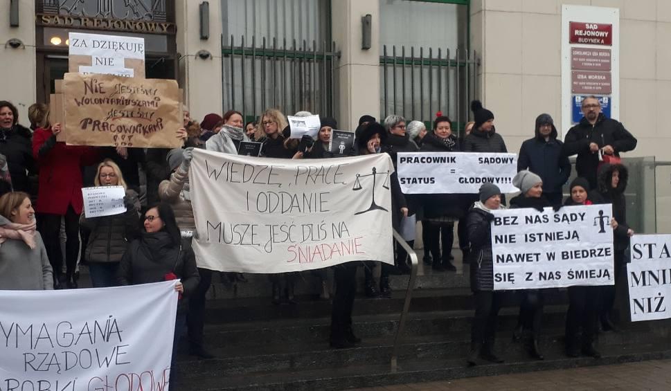 Film do artykułu: Kolejny dzień protestu w pomorskich sądach 12.12.2018. Protestowali urzędnicy z Sądu Rejonowego w Gdyni. Protest poparł Robert Biedroń
