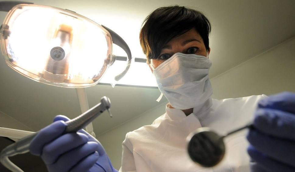 Film do artykułu: Jak sobie poradzić, gdy ząb zaboli w nocy lub w święta?