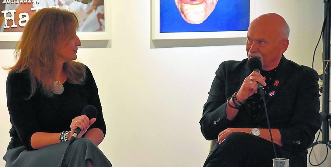 """Ewa Niewiadomska oraz Andrzej Pągowski podczas rozmowy, która odbyła się na wernisażu wystawy """"Plakat teatralny"""" w Galerii Miasta Ogrodów"""