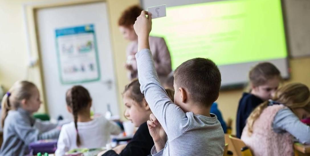 ZNP alarmuje: dwóch na trzech nauczycieli pracuje za darmo
