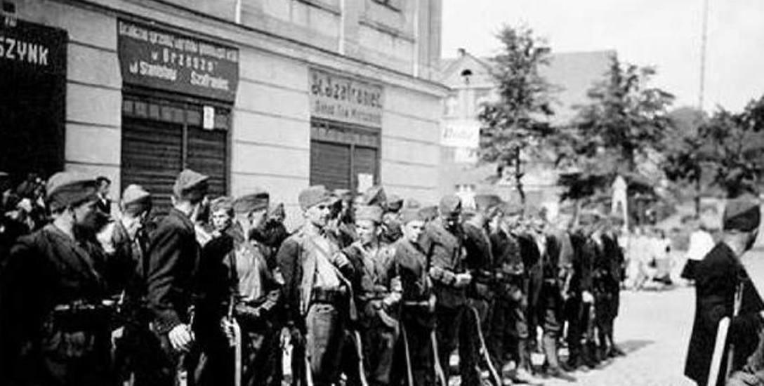 Zbiorowe zdjęcie oddziału Freikorpsu, dowodzonego przez Hansa-Otto Ramdohra. Wykonano je w dniu egzekucji na rynku w Orzeszu