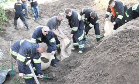 Strażacy wspólnie z mieszkańcami usypywali wały przeciwpowodziowe. Był to maj 2010 roku.