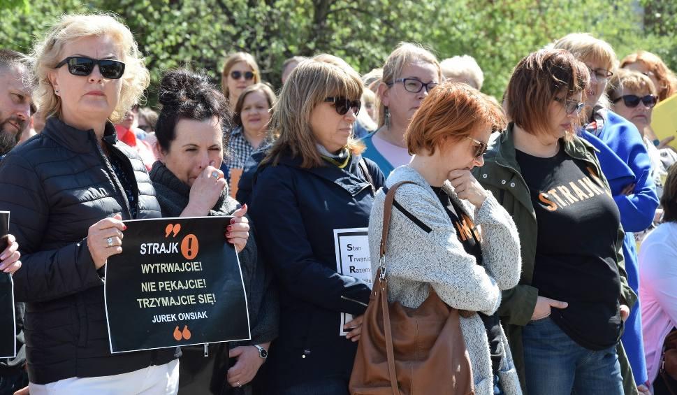 Film do artykułu: GORZÓW WLKP. Nauczyciele z Gorzowa nie przerywają strajku. We wtorek spotkali się przy Lubuskim Urzędzie Wojewódzkim. Pilnowała ich policja