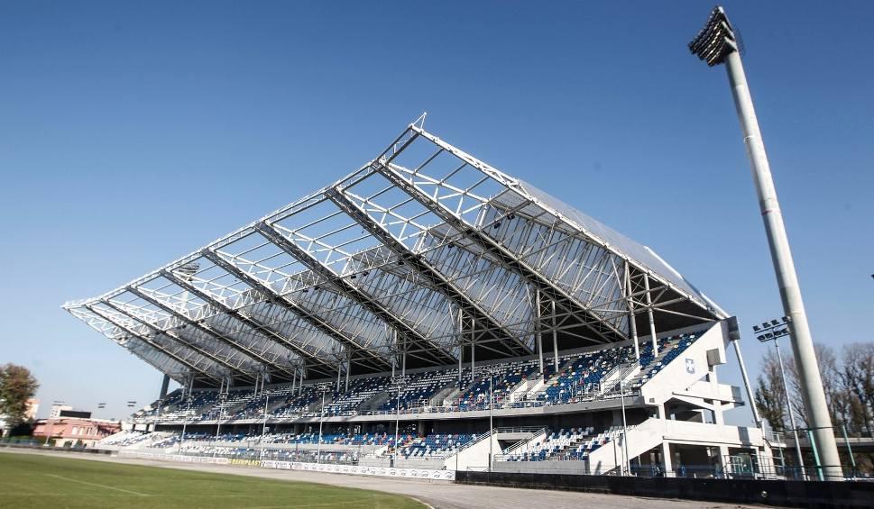 Film do artykułu: Będzie remont dachu trybuny na stadionie miejskim w Rzeszowie? Woda leje się na głowy kibiców