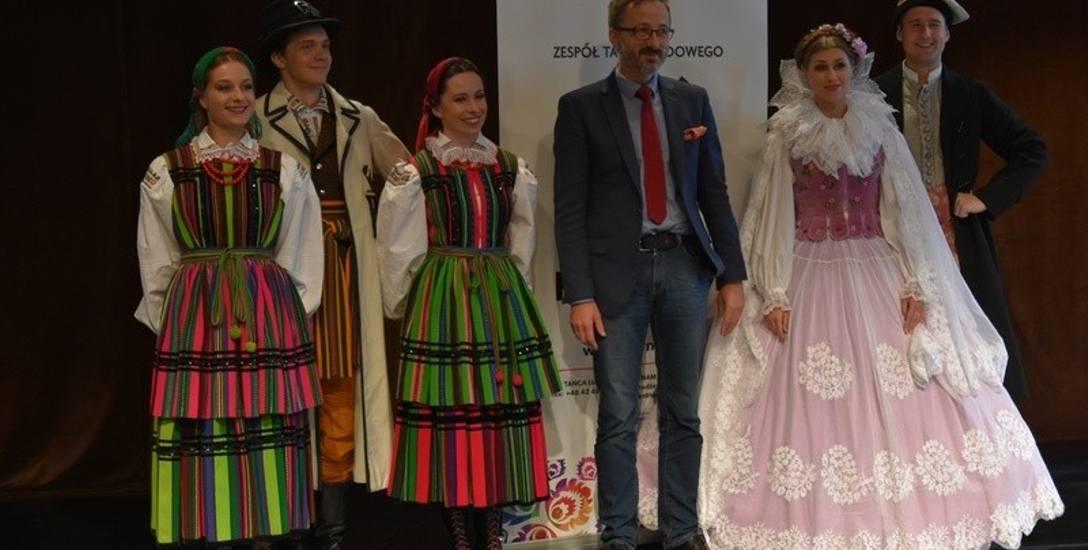 """Wiceprezydent Piątkowski z tancerzami """"Harnama""""."""