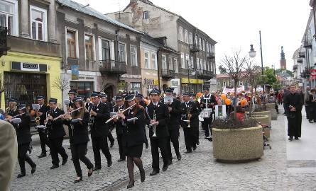 Marsz uprzyjemniała orkiestra