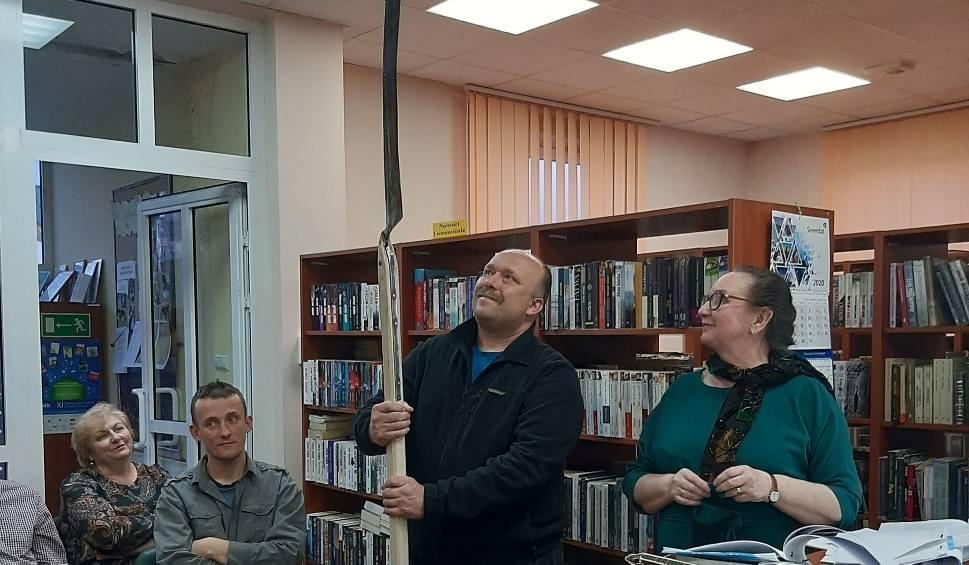 """Film do artykułu: """"Jak to na wojence ładnie"""" - prelekcja Anny Błachuckiej w Małogoszczu. Podczas spotkania można było zobaczyć broń powstańczą (ZDJĘCIA)"""