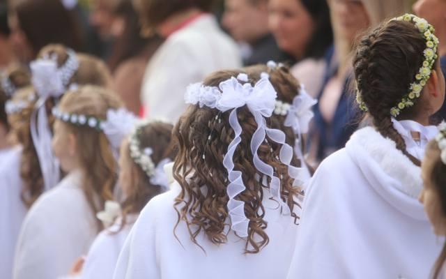 9dd51478e2 Fryzury na komunię  zobacz najpiękniejsze upięcia komunijne dla  dziewczynek. Zainspiruj się!