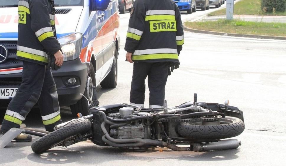 Film do artykułu: Wypadek w Białych Błotach. Motocyklista zabrany do szpitala