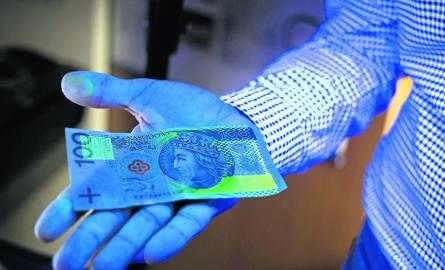 Uczestnicy zajęć poznają między innymi sposoby zabezpieczania pieniędzy przed fałszerzami - bo jak twierdzą eksperci, nic nie wskazuje na to, aby monety