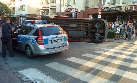 Wypadek koło ronda w centrum Głogowa. Bus pełen ludzi przewrócił się na bok
