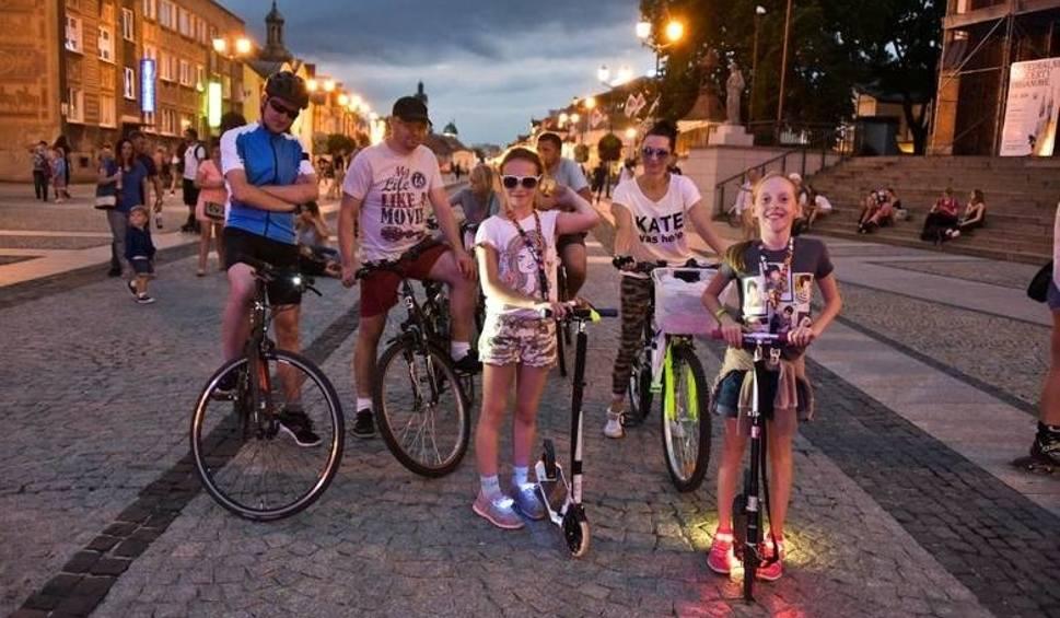 Film do artykułu: Nightskating Białystok. Upiorny rajd rolkarzy. Nocą ulicami miasta