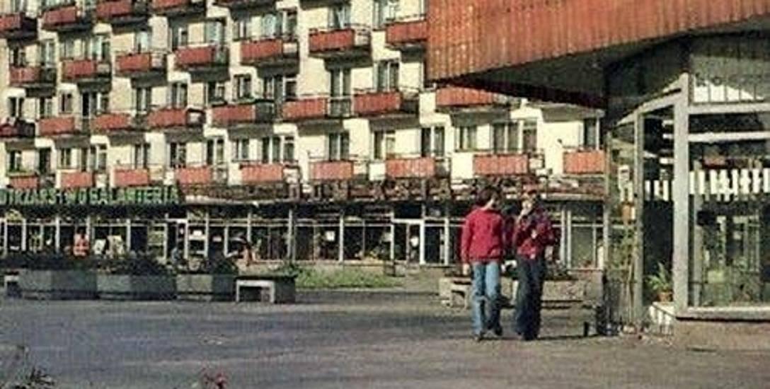 Dobrze znany fragment ulicy Poznańskiej w Krośnie Odrzańskim. Fotografia pochodzi z 1977 r.