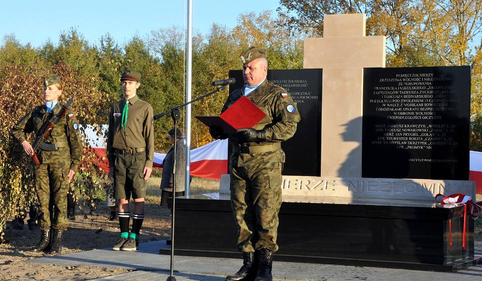 Film do artykułu: Pomnik Żołnierzy Niezłomnych w Zwoleniu został odsłonięty. Uroczystość patriotyczna na zwoleńskim cmentarzu zgromadziła wielu mieszkańców