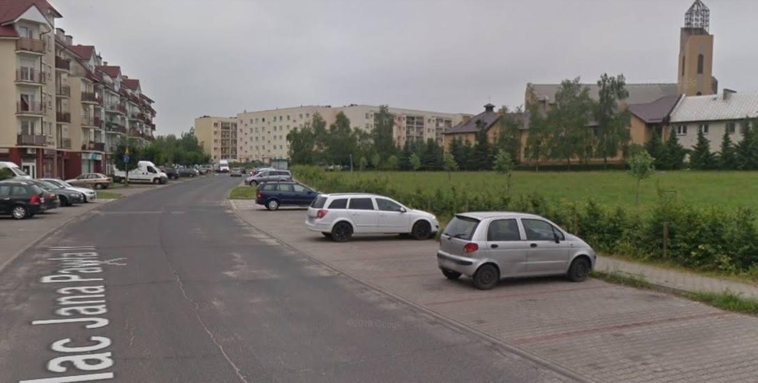 Przy ul. Plac Jana Pawła II mogłyby powstać nowe miejsca parkingowe i oświetlenie.