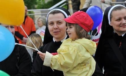 """Akcja """"Przytul Mamę"""". Łódzkie Zgromadzenie Sióstr Antonianek pomaga samotnym matkom"""
