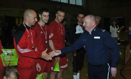 Grzegorz Radzikowski, komendant KPP w Łowiczu nagradza ekipę z ZK, która zdobyła drugie miejsce