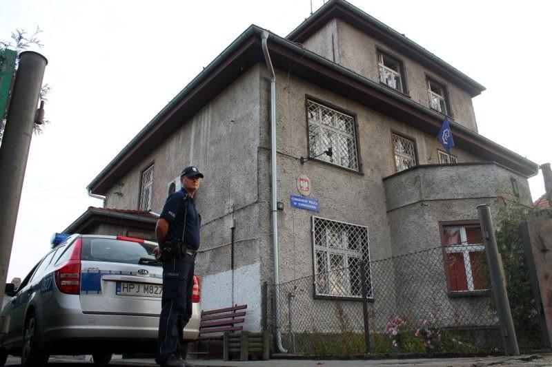 Komisariat policji w Zawadzkiem mieści się w starej, przedwojennej kamienicy. - Jest nam wstyd że musimy przyjmować ludzi w takich warunkach - przyznają policjanci.