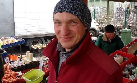 - Myślę, że drugiego z rzędu tak złego roku, takiej suszy, nie będzie - mówi Grzegorz Chuchro, rolnik z Kromolina, który sprzedaje warzywa na ryneczku