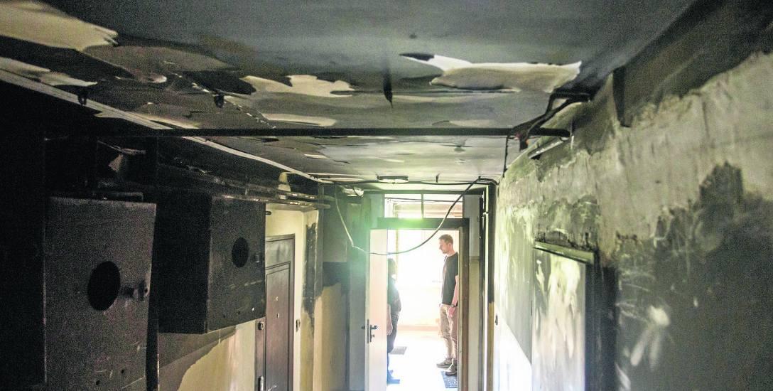 Ogień w mieszkaniu na pierwszym piętrze wybuchł 9 marca. Komunalny lokal jest już remontowany przez miasto. Pan Józef, który mieszka obok, pyta, kiedy