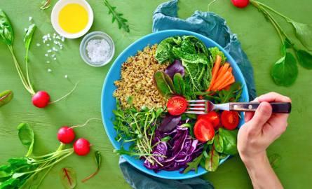 Dieta przeciwzapalna obfituje w kolorowe warzywa, pełnoziarniste produkty zbożowe, zioła i inne źródła antyoksydacyjnych związków